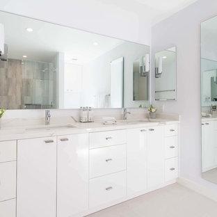 Immagine di una grande stanza da bagno padronale minimalista con ante lisce, ante bianche, pareti bianche, pavimento in gres porcellanato, lavabo sottopiano, top in quarzo composito, pavimento bianco e top multicolore