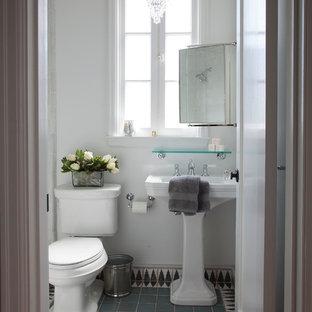 На фото: ванная комната среднего размера в средиземноморском стиле с раковиной с пьедесталом, душем в нише, разноцветной плиткой, терракотовой плиткой, белыми стенами, полом из терракотовой плитки, раздельным унитазом и синим полом с