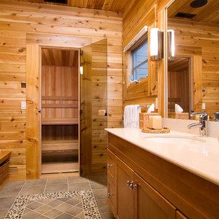 他の地域のトラディショナルスタイルのおしゃれな浴室 (ベージュのカウンター) の写真