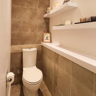 Foto på ett litet orientaliskt badrum med dusch, med släta luckor, skåp i mörkt trä, ett platsbyggt badkar, en dusch/badkar-kombination, en toalettstol med separat cisternkåpa, grön kakel, keramikplattor, vita väggar, klinkergolv i keramik, ett nedsänkt handfat och bänkskiva i akrylsten