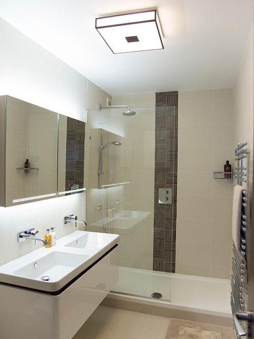 Petite salle de bain avec un carrelage beige photos et for Baignoire lavabo integre