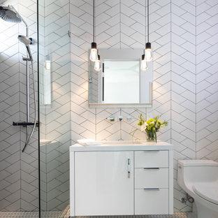 Идея дизайна: ванная комната среднего размера в современном стиле с плоскими фасадами, белыми фасадами, унитазом-моноблоком, белой плиткой, керамической плиткой, полом из керамогранита, душевой кабиной, врезной раковиной, столешницей из искусственного кварца, белым полом, белой столешницей, душем в нише и открытым душем