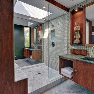 Ispirazione per una stanza da bagno etnica con lavabo integrato e top verde