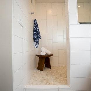 Foto de cuarto de baño principal, contemporáneo, grande, con armarios estilo shaker, puertas de armario de madera en tonos medios, bañera empotrada, ducha esquinera, sanitario de una pieza, baldosas y/o azulejos beige, baldosas y/o azulejos azules, baldosas y/o azulejos grises, baldosas y/o azulejos multicolor, azulejos en listel, paredes grises, suelo de madera pintada y lavabo bajoencimera