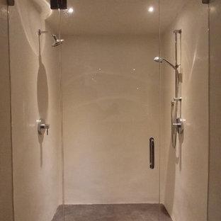 Foto de cuarto de baño con ducha, actual, de tamaño medio, con puertas de armario de madera clara, bañera encastrada, ducha empotrada, paredes blancas, suelo de cemento y lavabo sobreencimera