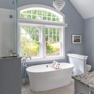 Новый формат декора квартиры: большая главная ванная комната в стиле современная классика с серыми фасадами, отдельно стоящей ванной, полом из керамической плитки, столешницей из гранита, бежевым полом, разноцветной столешницей, раздельным унитазом, белой плиткой, керамической плиткой, синими стенами и врезной раковиной