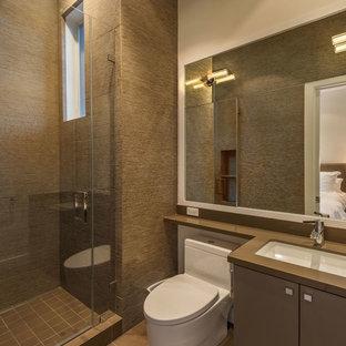 Стильный дизайн: маленькая ванная комната в стиле модернизм с бежевой плиткой, плиткой из листового камня, бежевыми стенами, врезной раковиной, плоскими фасадами, коричневыми фасадами, открытым душем, унитазом-моноблоком, полом из керамогранита, душевой кабиной и столешницей из искусственного кварца - последний тренд