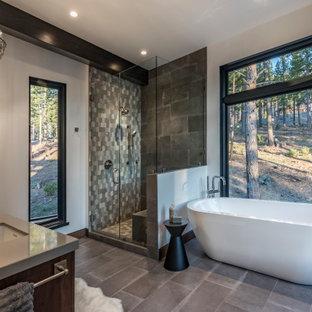 Foto di una stanza da bagno rustica con ante in legno bruno, vasca freestanding, doccia ad angolo, pareti bianche, lavabo sottopiano, pavimento grigio, porta doccia a battente, top grigio, panca da doccia e due lavabi