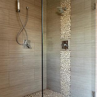ボルチモアのビーチスタイルのおしゃれな浴室 (茶色いタイル、石タイル、玉石タイル) の写真