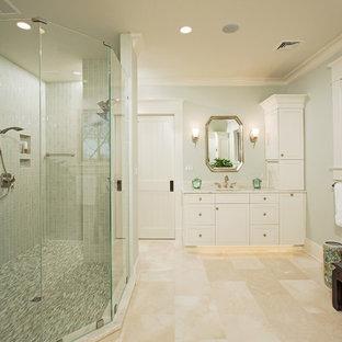 Idee per una grande stanza da bagno padronale classica con ante bianche, doccia doppia, piastrelle in ceramica, pavimento in travertino, top in marmo, ante in stile shaker, pareti verdi, lavabo da incasso, piastrelle grigie, porta doccia a battente e pavimento beige