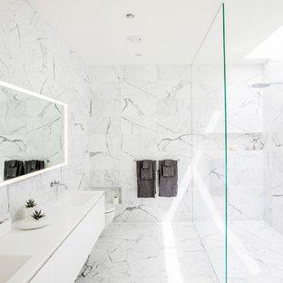 Idee per una stanza da bagno padronale minimalista con piastrelle di marmo, pavimento in marmo, doccia aperta, ante lisce, ante bianche, doccia a filo pavimento, piastrelle bianche, lavabo integrato e pavimento bianco