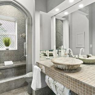 Immagine di una stanza da bagno stile shabby con piastrelle grigie, piastrelle a mosaico, pareti grigie, pavimento con piastrelle a mosaico, lavabo a bacinella e top piastrellato