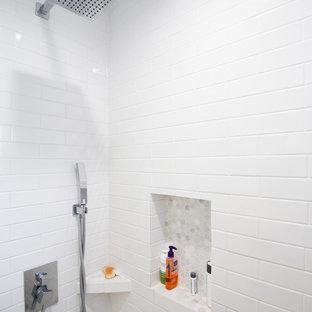 Inspiration för små moderna vitt badrum, med skåp i mellenmörkt trä, ett fristående badkar, en dusch i en alkov, en toalettstol med hel cisternkåpa, vit kakel, tunnelbanekakel, vita väggar, klinkergolv i keramik, ett fristående handfat, bänkskiva i kvartsit, turkost golv och dusch med skjutdörr