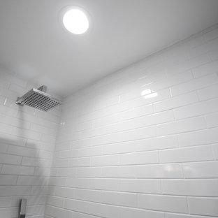 Immagine di una piccola stanza da bagno design con ante in legno scuro, vasca freestanding, doccia alcova, WC monopezzo, piastrelle bianche, piastrelle diamantate, pareti bianche, pavimento con piastrelle in ceramica, lavabo a bacinella, top in quarzite, pavimento turchese, porta doccia scorrevole e top bianco