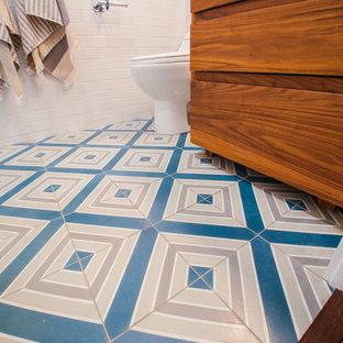 ロサンゼルスの小さいコンテンポラリースタイルのおしゃれな浴室 (中間色木目調キャビネット、置き型浴槽、アルコーブ型シャワー、一体型トイレ、白いタイル、サブウェイタイル、白い壁、セラミックタイルの床、ベッセル式洗面器、珪岩の洗面台、ターコイズの床、引戸のシャワー、白い洗面カウンター) の写真