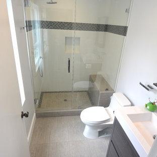 Esempio di una piccola stanza da bagno con doccia minimalista con ante a filo, ante in legno bruno, doccia aperta, WC monopezzo, piastrelle multicolore, pareti bianche, parquet chiaro, lavabo da incasso e top in quarzite