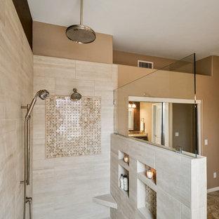 Immagine di una stanza da bagno padronale tradizionale di medie dimensioni con ante con bugna sagomata, ante marroni, doccia aperta, piastrelle beige, piastrelle in gres porcellanato, pareti marroni, lavabo da incasso, top in granito e doccia aperta