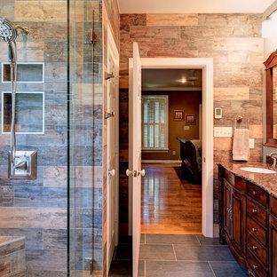 Ispirazione per una stanza da bagno padronale stile rurale di medie dimensioni con lavabo sottopiano, ante in legno bruno, doccia ad angolo, ante con bugna sagomata, piastrelle marroni, pareti marroni, pavimento in ardesia, top in granito, pavimento grigio e porta doccia a battente