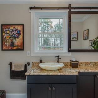 Foto di una grande stanza da bagno con doccia classica con ante in stile shaker, ante nere, lavabo a bacinella, top in granito, pareti beige, pavimento in terracotta e pavimento rosso