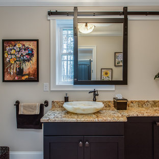 Exempel på ett stort klassiskt badrum med dusch, med skåp i shakerstil, svarta skåp, ett fristående handfat, granitbänkskiva, beige väggar, klinkergolv i terrakotta och rött golv
