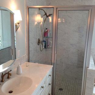 Esempio di una piccola stanza da bagno padronale classica con ante con riquadro incassato, ante bianche, piastrelle grigie, piastrelle diamantate, top piastrellato, vasca idromassaggio, doccia ad angolo, WC a due pezzi, pareti blu, lavabo integrato e pavimento con piastrelle in ceramica