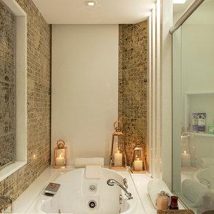 Kleines Modernes Badezimmer mit Whirlpool, beigefarbenen Fliesen und Steinfliesen in Boston