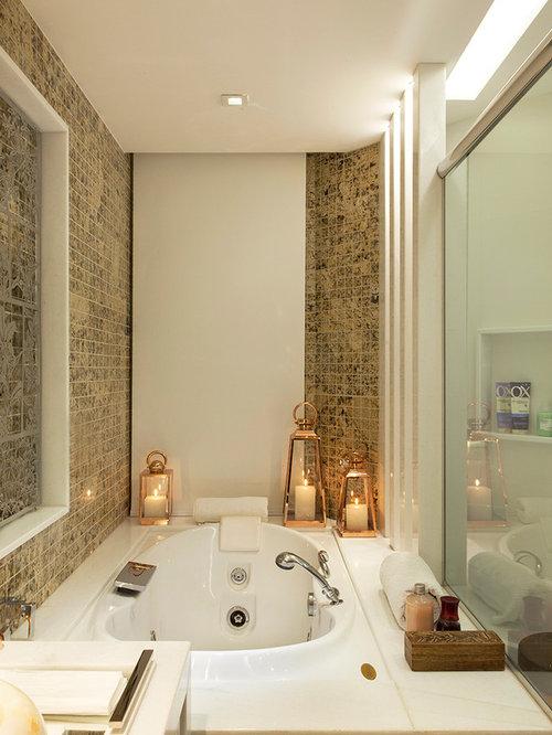 petite salle de bain avec un bain bouillonnant photos et. Black Bedroom Furniture Sets. Home Design Ideas