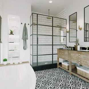 Foto på ett stort lantligt svart en-suite badrum, med möbel-liknande, skåp i slitet trä, ett fristående badkar, en dusch i en alkov, en toalettstol med separat cisternkåpa, svart och vit kakel, tunnelbanekakel, vita väggar, klinkergolv i keramik, ett undermonterad handfat, bänkskiva i onyx, flerfärgat golv och dusch med gångjärnsdörr