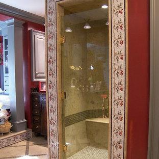 Foto di una grande stanza da bagno padronale vittoriana con consolle stile comò, ante in legno bruno, vasca da incasso, pareti rosse, pavimento in marmo, doccia alcova, WC a due pezzi, piastrelle a mosaico, lavabo sottopiano e top piastrellato
