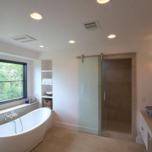 Immagine di una sauna minimal di medie dimensioni con lavabo a bacinella, ante lisce, ante bianche, top in pietra calcarea, vasca freestanding, pareti bianche, pavimento in pietra calcarea, piastrelle grigie e piastrelle di vetro