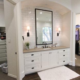 Esempio di una grande stanza da bagno padronale chic con lavabo sottopiano, ante bianche, top in saponaria, vasca da incasso, piastrelle bianche, piastrelle diamantate, pareti bianche, parquet scuro, ante in stile shaker e doccia alcova