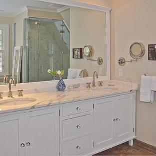 Idéer för att renovera ett mellanstort vintage en-suite badrum, med skåp i shakerstil, vita skåp, ett fristående badkar, en dusch i en alkov, grå kakel, vit kakel, stenhäll, beige väggar, klinkergolv i keramik, ett undermonterad handfat, bänkskiva i täljsten, brunt golv och dusch med gångjärnsdörr
