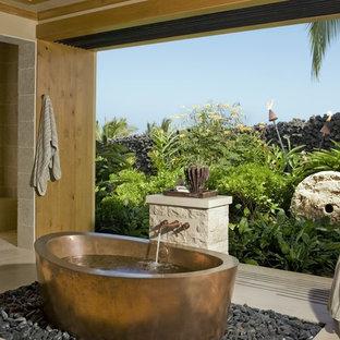 ハワイのトロピカルスタイルのおしゃれな浴室 (置き型浴槽) の写真