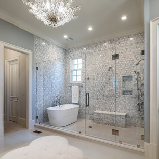 Cette photo montre une grande salle de bain principale chic avec une baignoire indépendante, un carrelage gris, carrelage en mosaïque, un mur gris, un sol en carrelage de porcelaine, un sol beige, une cabine de douche à porte battante, un espace douche bain et un plan de toilette en quartz.