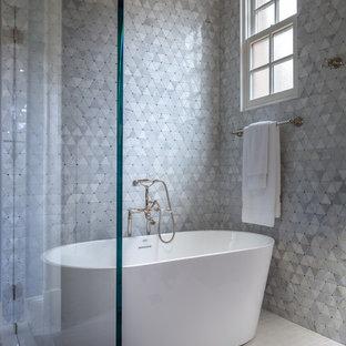 Idéer för ett stort klassiskt flerfärgad en-suite badrum, med beige skåp, ett fristående badkar, en dusch/badkar-kombination, grå kakel, mosaik, grå väggar, klinkergolv i porslin, ett undermonterad handfat, bänkskiva i kvartsit, beiget golv och dusch med gångjärnsdörr