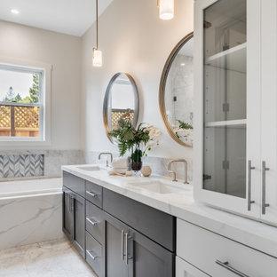 Idéer för att renovera ett stort lantligt vit vitt en-suite badrum, med skåp i shakerstil, grå skåp, ett platsbyggt badkar, en dubbeldusch, en toalettstol med hel cisternkåpa, vit kakel, marmorkakel, vita väggar, klinkergolv i porslin, ett undermonterad handfat, bänkskiva i kvarts, vitt golv och dusch med gångjärnsdörr
