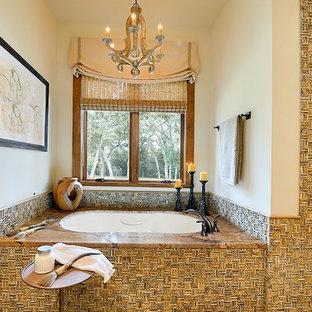 Ejemplo de cuarto de baño principal, de estilo americano, grande, con bañera encastrada sin remate, baldosas y/o azulejos beige, baldosas y/o azulejos marrones, paredes beige, suelo de cemento y encimera de mármol