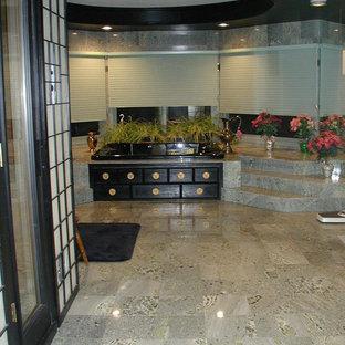 Modelo de cuarto de baño principal, de estilo zen, extra grande, con ducha doble, baldosas y/o azulejos de mármol, suelo de mármol y ducha con puerta con bisagras