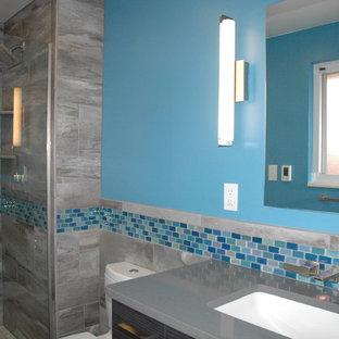 Idee per una piccola stanza da bagno padronale design con lavabo sottopiano, piastrelle blu, piastrelle in ceramica, pareti blu, pavimento con piastrelle in ceramica, top in quarzo composito e WC a due pezzi