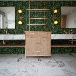 Diseño de cuarto de baño principal, actual, grande, con armarios abiertos, puertas de armario de madera clara, bañera empotrada, ducha abierta, baldosas y/o azulejos blancas y negros, baldosas y/o azulejos de mármol, paredes verdes, suelo de mármol, lavabo integrado y encimera de mármol