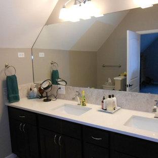 Esempio di una piccola stanza da bagno padronale tradizionale con ante in stile shaker, ante in legno bruno, WC a due pezzi, pareti beige, pavimento in bambù, lavabo sottopiano, top in quarzite e pavimento marrone