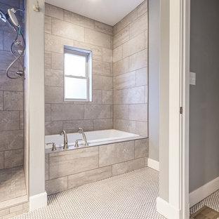 Foto de cuarto de baño con ducha, de estilo americano, de tamaño medio, con armarios estilo shaker, puertas de armario de madera oscura, bañera empotrada, ducha abierta, sanitario de dos piezas, baldosas y/o azulejos grises, baldosas y/o azulejos de porcelana, paredes grises, suelo de baldosas de cerámica, lavabo encastrado, encimera de laminado, suelo blanco, ducha abierta y encimeras blancas