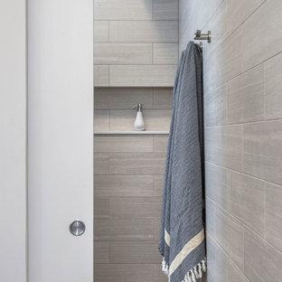 Esempio di una stanza da bagno padronale nordica di medie dimensioni con lavabo sottopiano, ante lisce, ante in legno chiaro, top in quarzo composito, doccia a filo pavimento, WC sospeso, piastrelle grigie, piastrelle in gres porcellanato, pareti bianche e pavimento in gres porcellanato
