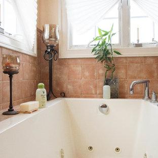 Imagen de cuarto de baño principal, marinero, grande, con baldosas y/o azulejos rosa, baldosas y/o azulejos de terracota y bañera esquinera