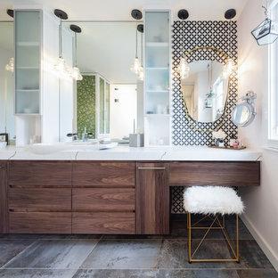 Idee per una stanza da bagno padronale scandinava con ante lisce, ante in legno bruno, pistrelle in bianco e nero, pareti multicolore, pavimento multicolore e top multicolore