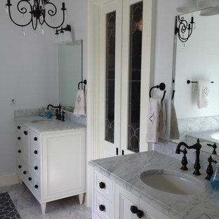 Ejemplo de cuarto de baño principal, romántico, con lavabo bajoencimera, armarios con paneles empotrados, puertas de armario blancas, encimera de mármol, baldosas y/o azulejos blancos, baldosas y/o azulejos de piedra y suelo de mármol