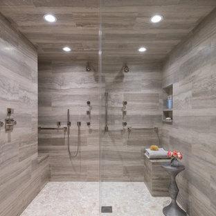 ダラスの中サイズのトランジショナルスタイルのおしゃれなマスターバスルーム (シェーカースタイル扉のキャビネット、グレーのキャビネット、ダブルシャワー、分離型トイレ、グレーのタイル、石タイル、グレーの壁、玉石タイル、アンダーカウンター洗面器、珪岩の洗面台、白い床、開き戸のシャワー、グレーの洗面カウンター) の写真