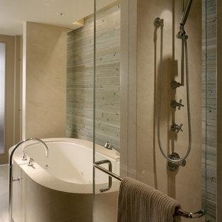 Idee per una stanza da bagno minimal con vasca freestanding e piastrelle di pietra calcarea