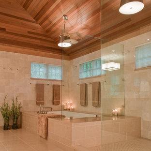 Cette photo montre une salle de bain tendance avec une baignoire en alcôve et du carrelage en pierre calcaire.