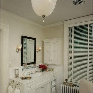 Ispirazione per una stanza da bagno chic con lavabo sottopiano, ante in stile shaker, ante bianche e piastrelle bianche